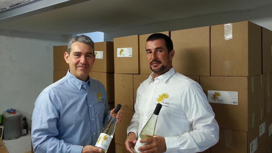 En la imagen, Carlos Guevara (izquierda) y Cristian Ramos muestran dos botellas de Platé.