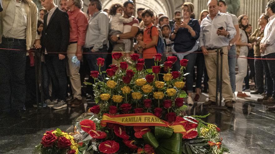 Una corona de flores depositada por la familia de Francisco Franco ante la tumba del dictador.