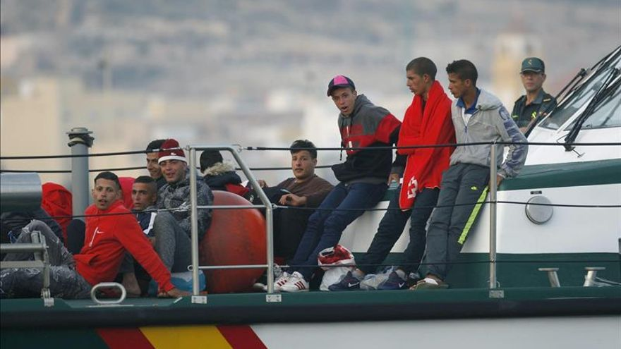 Un guardia civil se arroja al mar para salvar a un inmigrante que nadaba a Ceuta