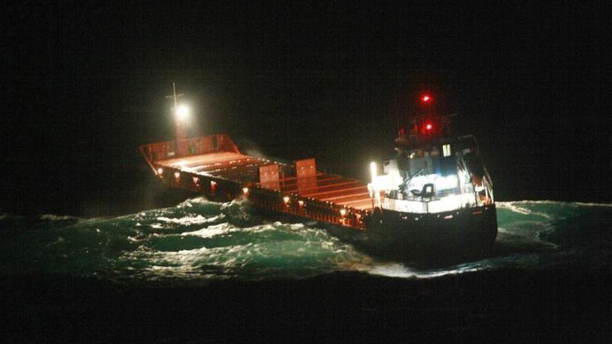 El carguero avanza lentamente en dirección al puerto exterior de Ferrol