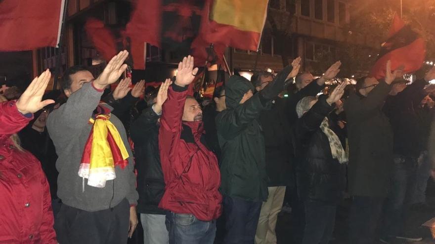 """Una manifestación de La Falange clama frente a la casa de Primo de Rivera por la unidad nacional: """"España no se negocia"""""""