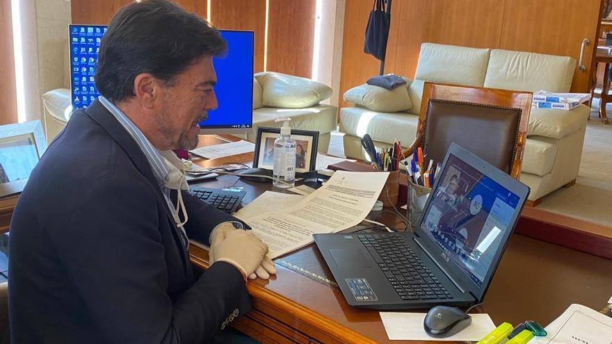El alcalde de Alicante, Luis Barcala, en una videoconferencia.
