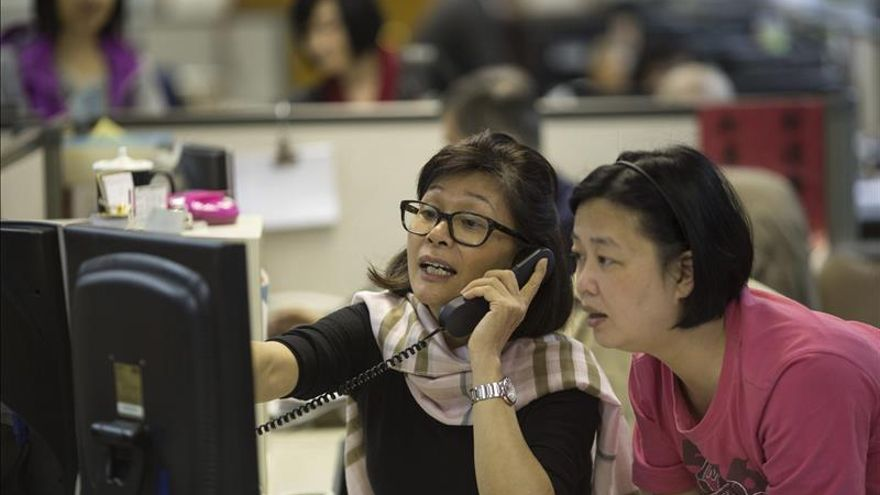 La Bolsa de Hong Kongr retrocede un 0,2 % a media sesión
