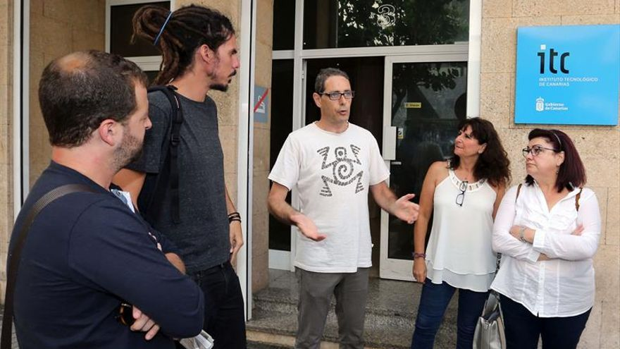 El presidente del comité de empresa del Instituto Tecnológico de Canarias (ITC), Pedro Ortegón (c), y los diputados nacionales de Podemos Carmen Valido (d) y Alberto Rodríguez (2i) y los parlamentarios autonómicos Juan Márquez (i) y Concepción Monzón