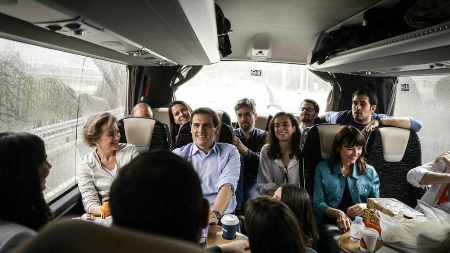 Albert Rivera en el autobús de los periodistas que cubren la campaña de Ciudadanos.