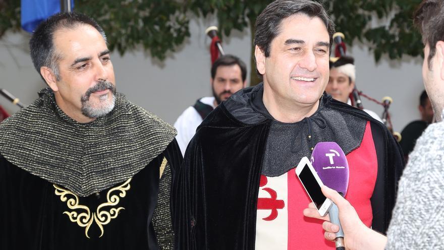 El consejero de Sanidad, José Ignacio Echániz, recién nombrado caballero en Montiel (Ciudad Real)