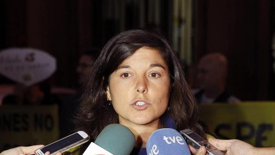 La portavoz de Greenpeace, Tatiana Nuño, en la concentración que la organización ecologista convocó este martes en la Delegación del Gobierno en Las Palmas de Gran Canaria. Efe.
