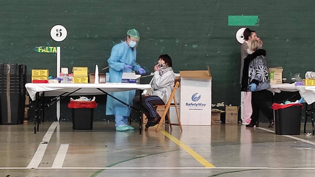 Cribado de test PCR en un frontón de una localidad vasca