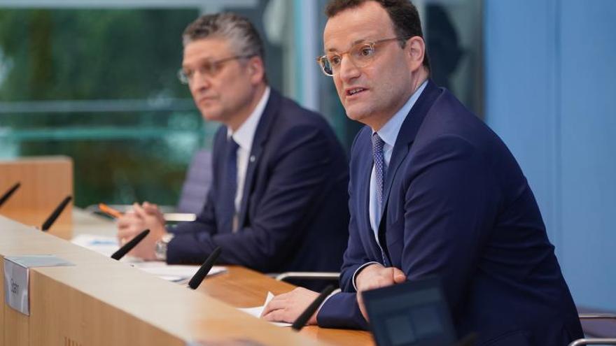 Robert Koch Institute (RKI) President Lothar Wieler (L) and German Health Minister Jens Spahn (R) EFE/EPA/SEAN GALLUP / POOL