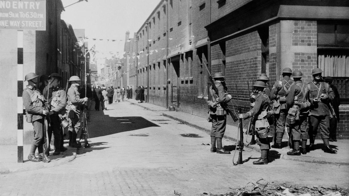 Soldados de guardia con bayonetas fijas en la calle York de Belfast, Irlanda, durante los disturbios entre unionistas y nacionalistas, el 14 de julio de 1921.