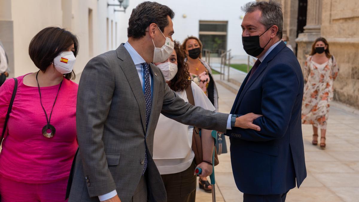 Juan Manuel Moreno y Juan Espadas se saludan en el Parlamento andaluz.