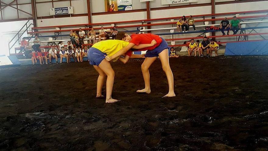 Imagen de archivo de dos luchadores juveniles.