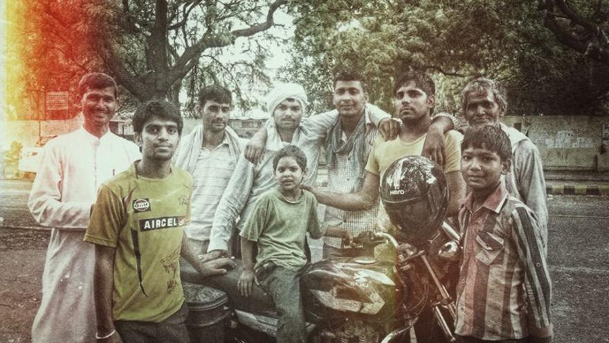 """Parte de la familia de Lakhan en el manifestódromo, con su hermana Sanjali -subida en la moto- de 6 años. Lakhan se enorgullece de que la niña es la """"activista y manifestante contra las violaciones"""" más joven/ Rafa Gassó"""
