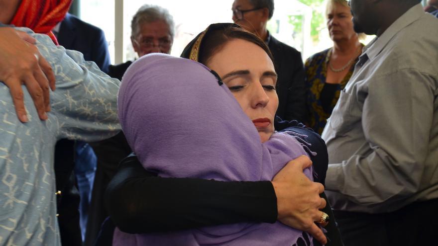 La primera ministra neozelandesa se reunión con la comunidad musulmana después del atentado en Christchurch.