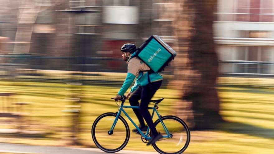 Imagen de archivo un repartidor de Deliveroo.