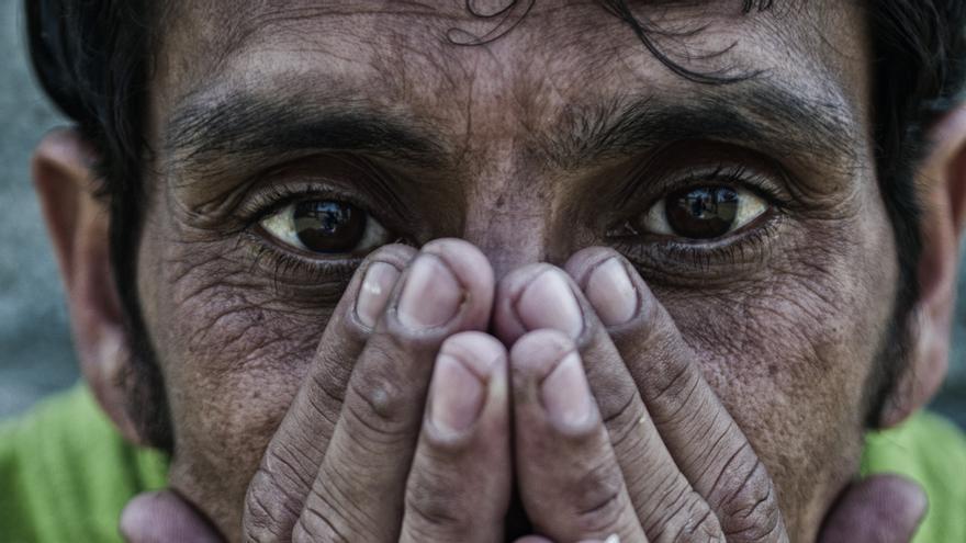 Anup Gautam, uno de los beneficiarios del programa de metadona, critica que no haya más programas sociales para ayudar a la reinserción de quienes han conseguido abandonar la droga./ FOTO: Zigor Aldama