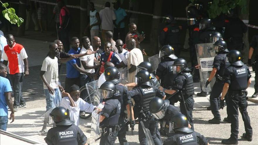 Los Mossos cargan durante una protesta por la muerte de un senegalés en Salou
