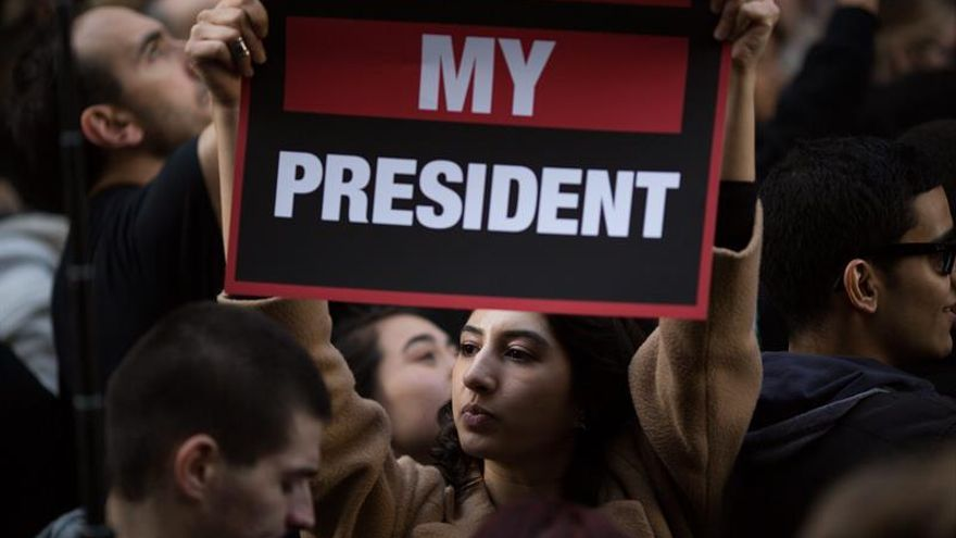 """Las protestas ciudadanas no cesan y Trump prepara un """"tour de la victoria"""""""