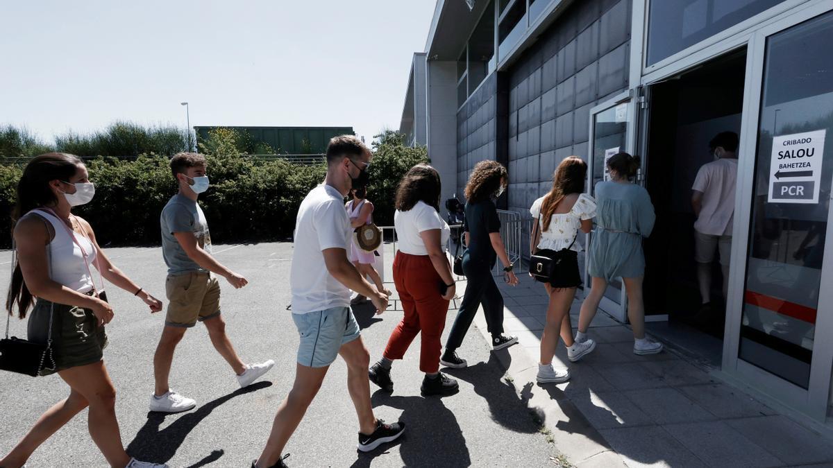 Estudiantes navarros que viajaron a Salou acuden a realizarse una prueba PCR en las instalaciones de FOREM en Pamplona