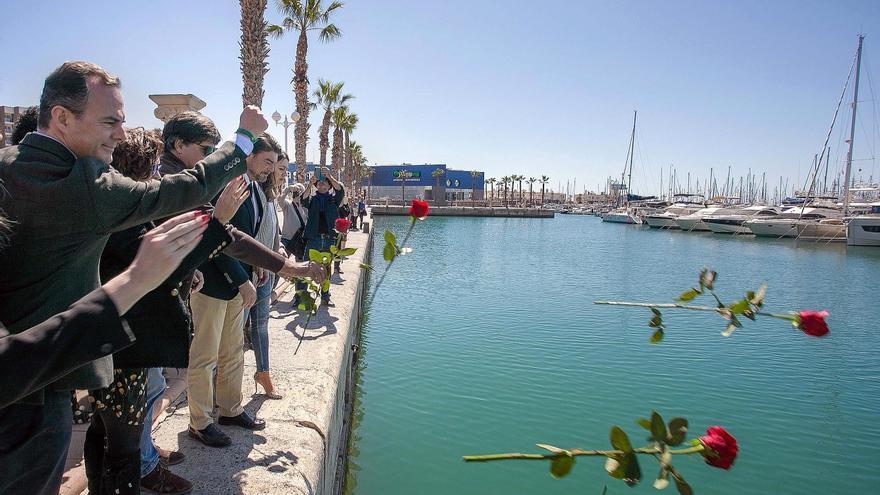 Un momento del homenaje al Stanbrook en el puerto de Alicante
