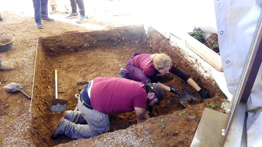 Los arqueólogos inician los trabajos de exhumación de la fosa del cementerio de Castellón