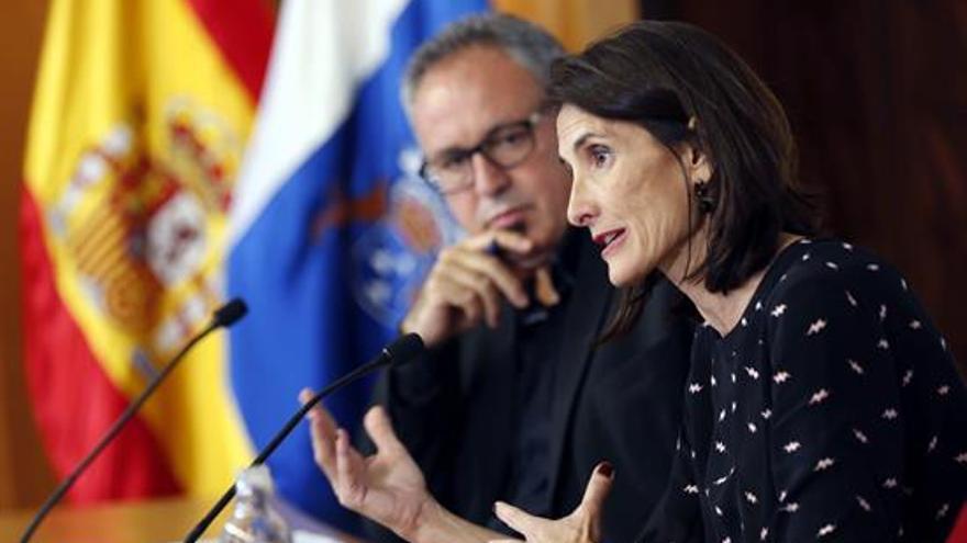 La consejera de Cultura del Gobierno de Canarias, María Teresa Lorenzo, junto al coordinador del Festival Internacional de Música de Canarias, Nino Díaz.