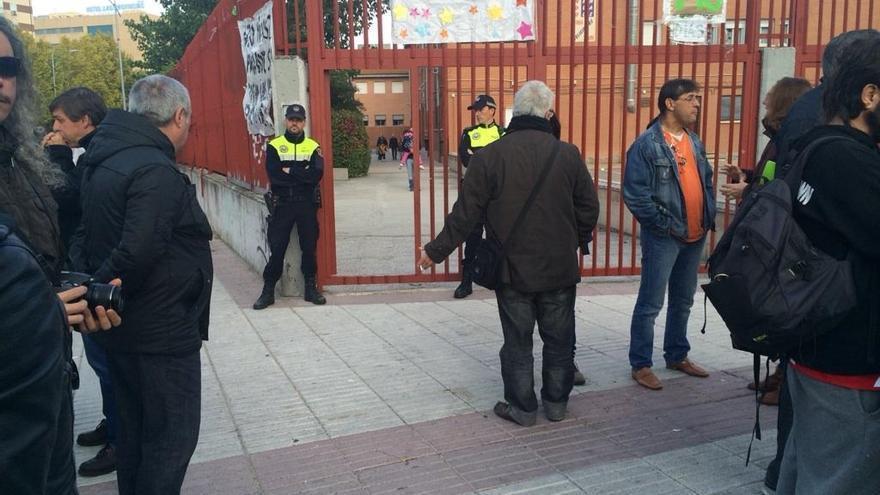 Policías impiden el paso al colegio Arcipreste de Hita (Fuenlabrada).
