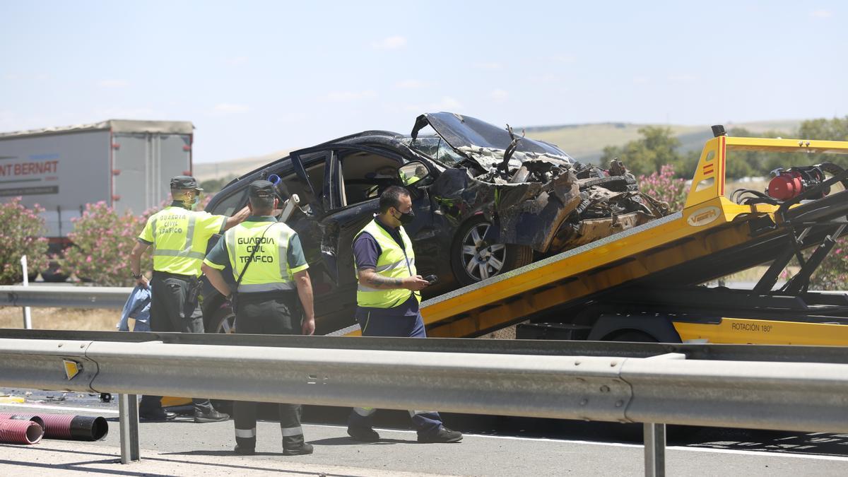 La Guardia Civil retira uno de los vehículos siniestrados