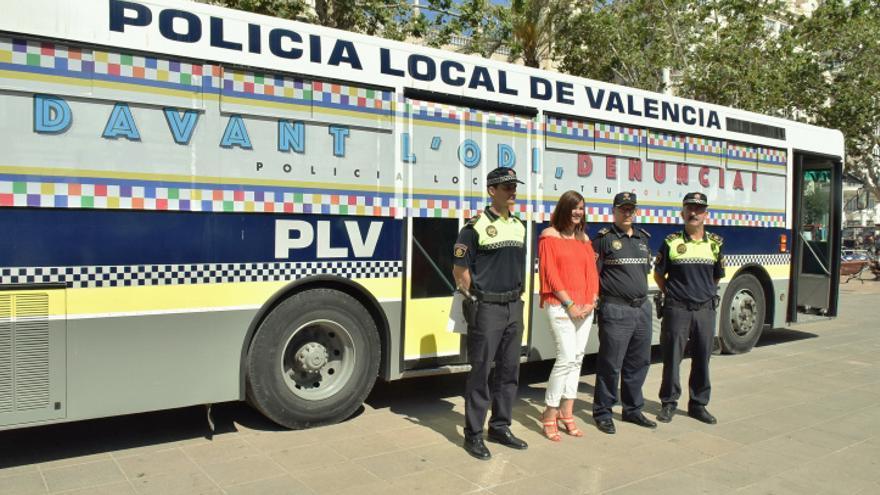 La edil Sandra Gómez con el autobús de la Policía Local