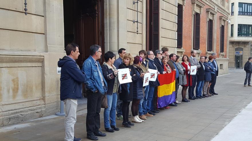 Parlamentarios del cuatripartito se concentran en Pamplona contra el ingreso en prisión de exconsellers