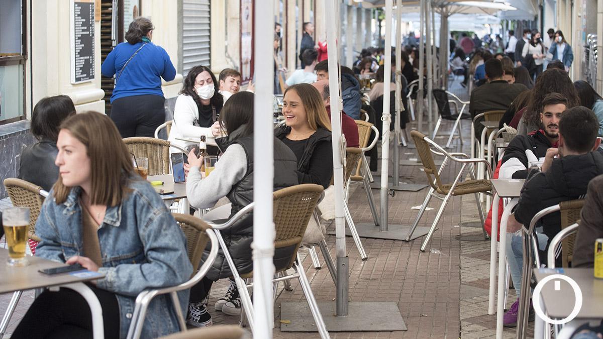Gente sentada en las terrazas de los bares de la calle La Plata