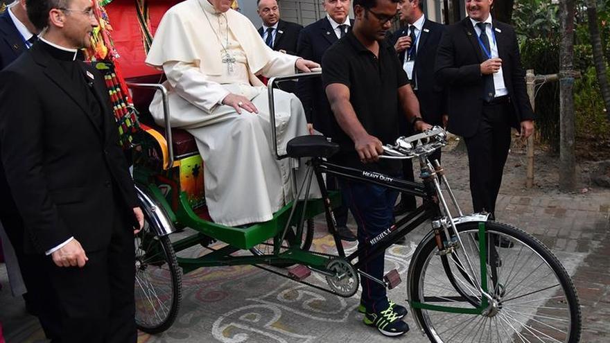 El papa Francisco se subió a un rickshaw, el típico taxi de Bangladesh