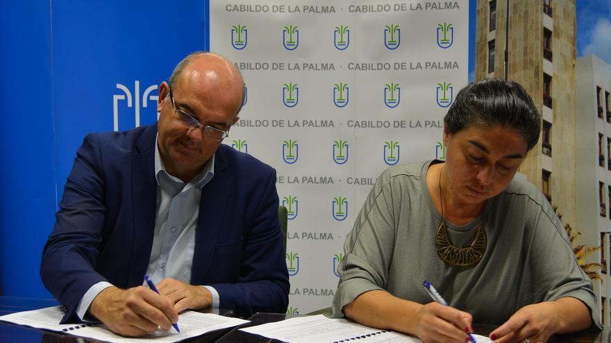 Anselmo Pestana y Nieves María firmaron el acuerdo.