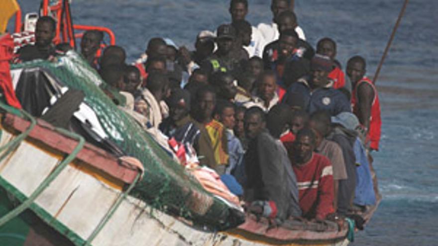 Imagen de la llegada de un cayuco a las Islas. (ARCHIVO)