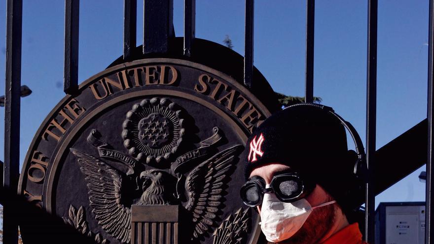 Activista de Amnistía Internacional entrega en enero de 2005 más de 100.000 firmas en la Embajada de Estados Unidos en Madrid para pedir el cierre de Guantánamo. © Bernabé Cordón