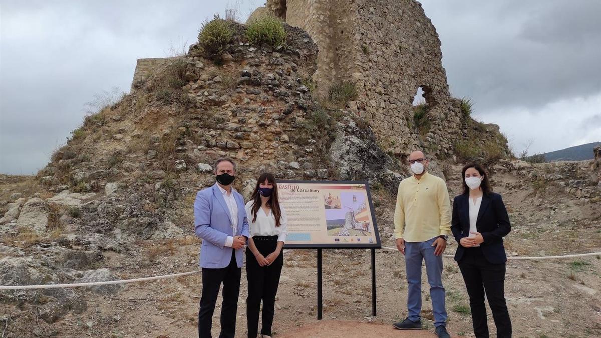 El delegado territorial de Turismo de la Junta de Andalucía en Córdoba, Ángel Pimentel (izda.), en su visita a Carcabuey.
