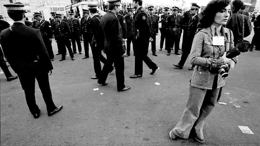 """Foto de la la fotógrafa, periodista y escritora Marta Merkin cubriendo para """"Noticias Argentinas"""" la despedida tras la muerte de Perón."""