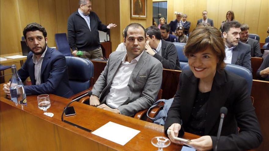 Dolores González Pastor, en la imagen junto a Ignacio Aguado, preside la comisión de investigación sobre corrupción. / EFE