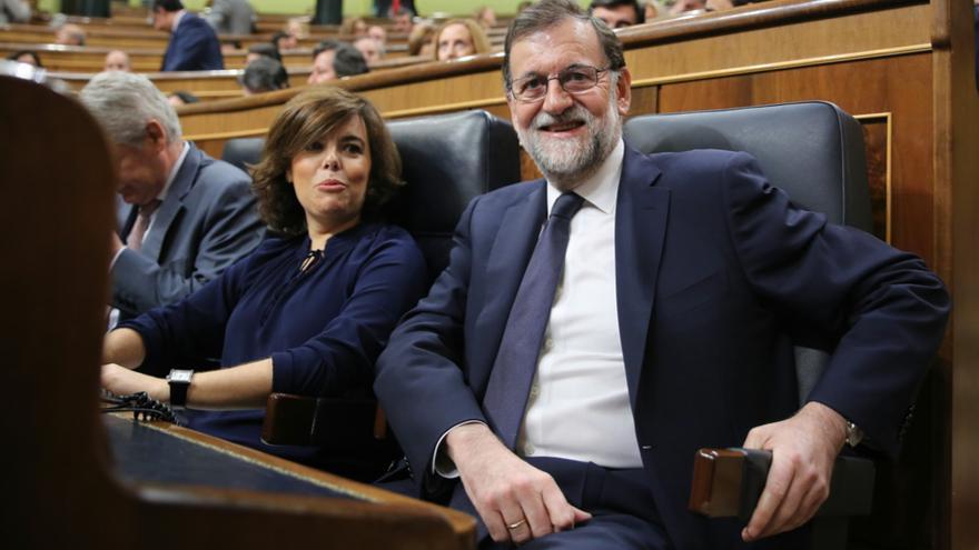Mariano Rajoy y Soraya Sáenz de Santamaría, minutos antes del inicio del debate de la moción de censura de Unidos Podemos