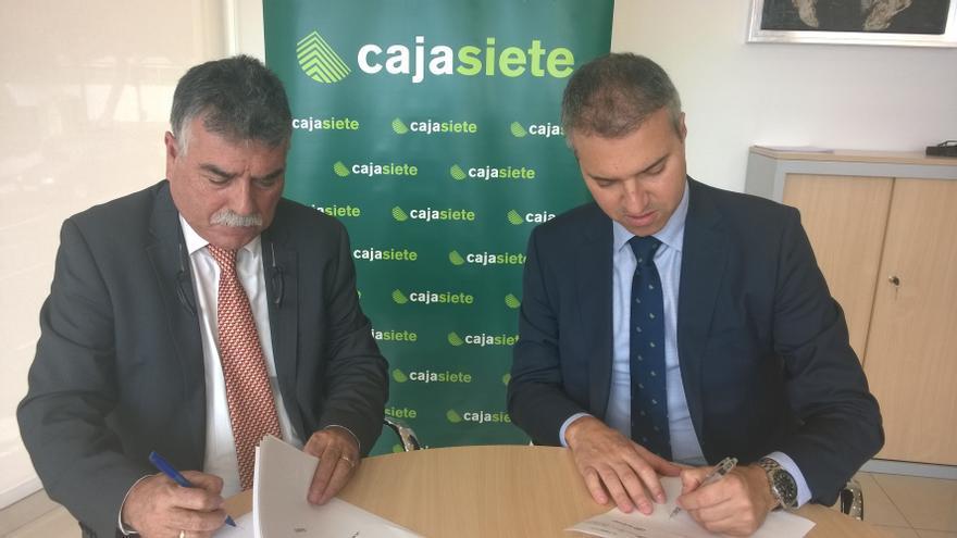 Firma del acuerdo entre Aspa y Cajasiete.