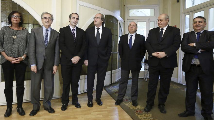 El rector de la Universidad Rey Juan Carlos, tercero por la izquierda