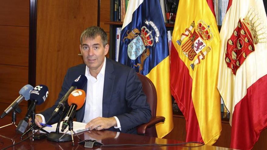 El presidente del Gobierno de Canarias, Fernando Clavijo, en rueda de prensa tras la reunión del Consejo de Gobierno celebrada en San Sebastián de La Gomera. EFE/Sofía Brito