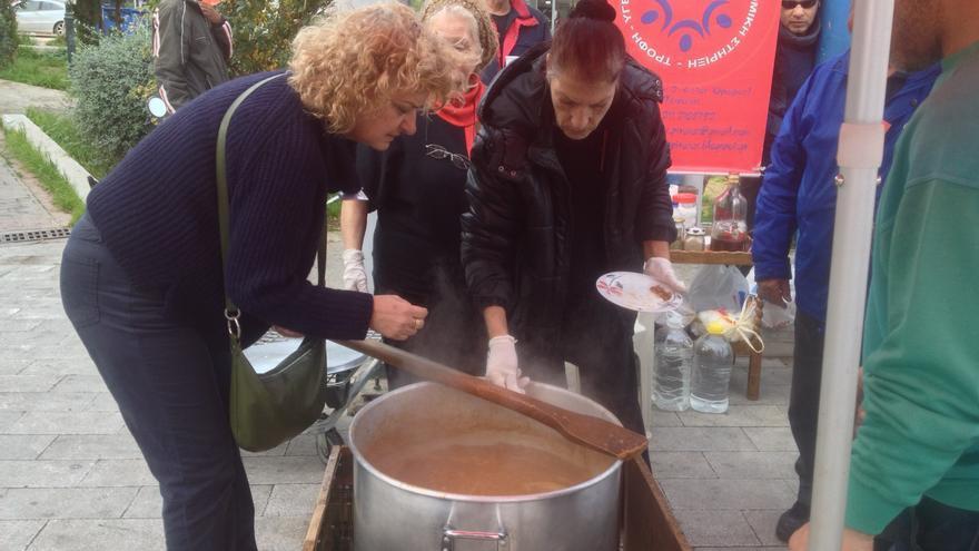 Voluntarios de Solidarity4all en el Pireo (Atenas) cocinan unas lentejas en la calle, el 22 de enero de 2015. / A.G.