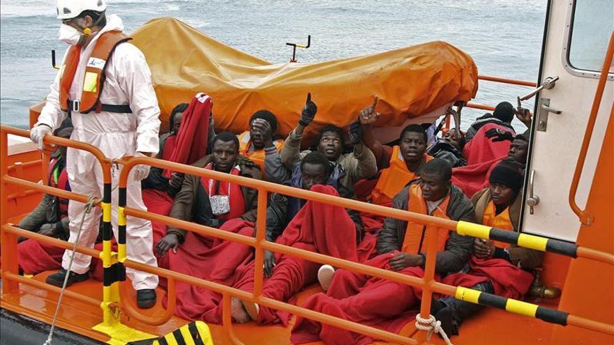Rescatados trece inmigrantes que cruzaban el Estrecho en barcas de juguete