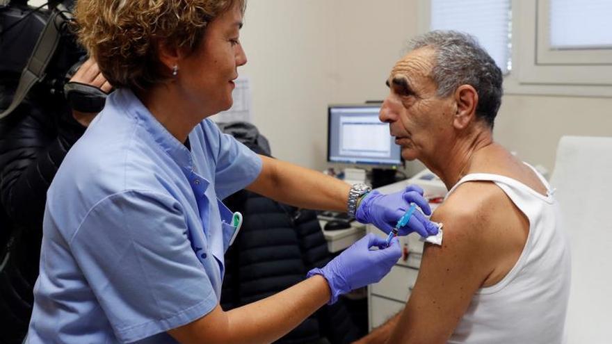 La vacuna de la gripe ayuda también a frenar los contagios, según neumólogos