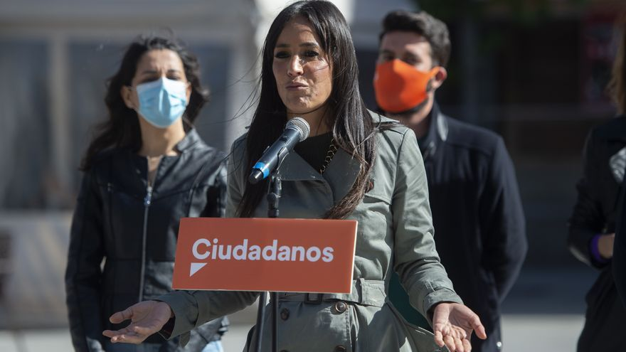La vicealcaldesa de Madrid, Begoña Villacís, durante la presentación de una lona de campaña del partido