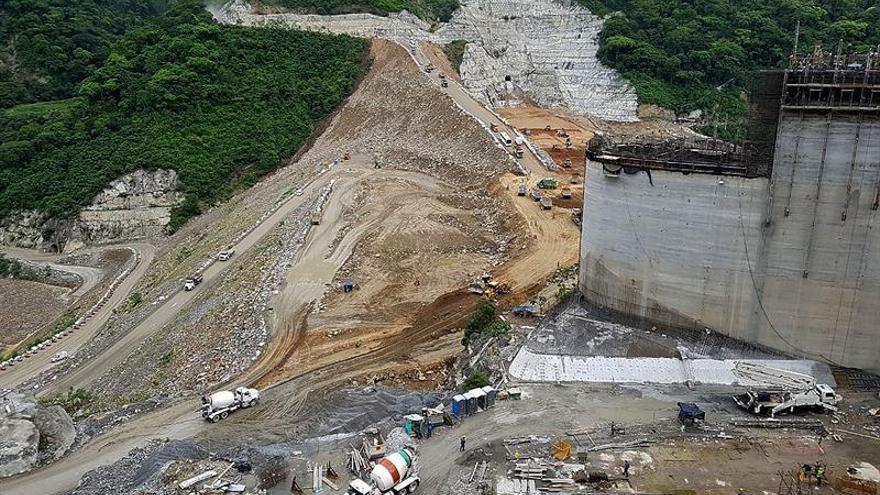 Ordenan evacuar un municipio colombiano cercano a una presa amenazado por inundación