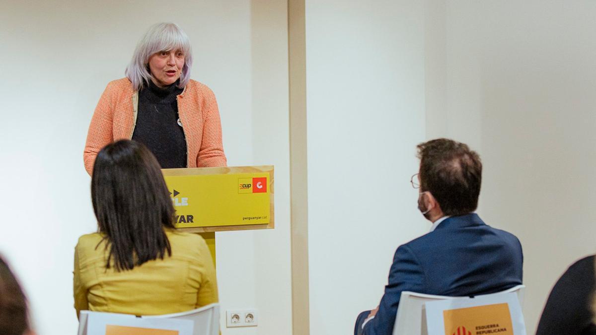 La número uno de la CUP, Dolors Sabater, interviene ante la mirada de Marta Vilalta y Pere Aragonès, de ERC