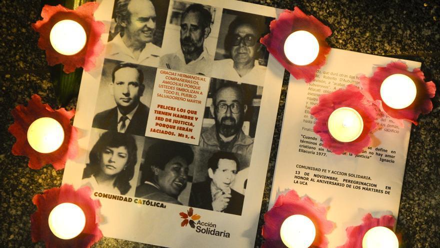 un afiche con los retratos de los cinco jesuitas españoles y uno salvadoreño asesinados hace más de 21 años por militares en la Universidad Centroamericana (UCA) en El Salvador.