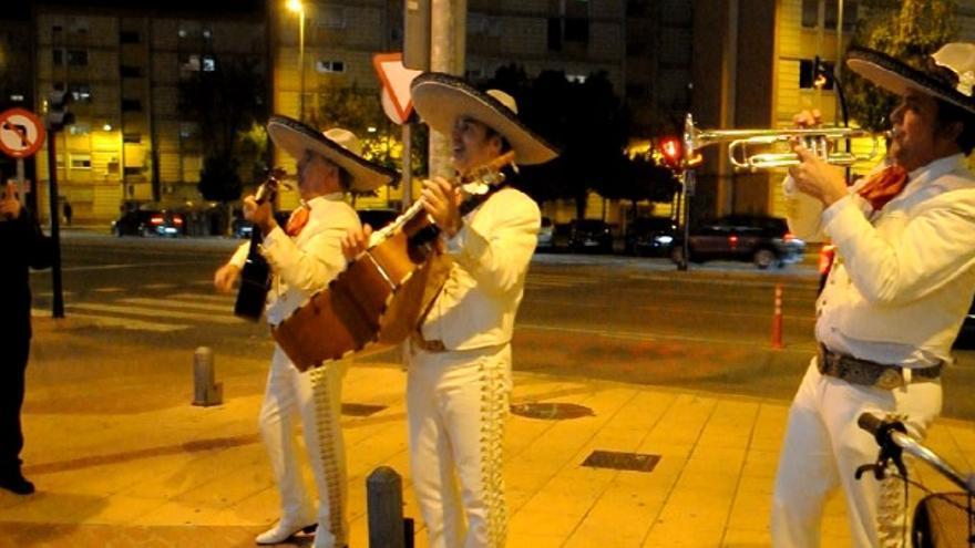 Los mariachis a las puertas del hotel que aloja la asamblea interna de Ciudadanos en la Región de Murcia